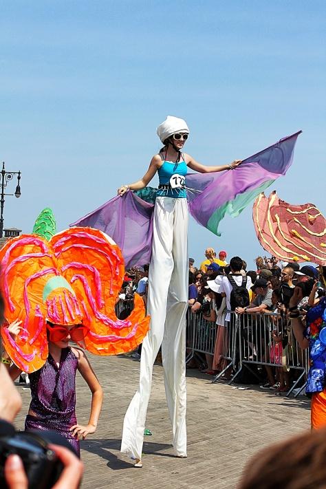 Mermaid Parade zancos